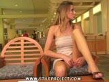 סקסית בשמלה קצרצרה מאוננת לעצמה על כורסה קטנה מאוד