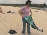 מתפשטת ומתחרמנת על חול בים