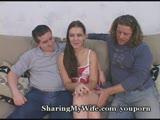 בחורה סקסית חרמנית עם שני סוטים על הספה מזיינים וצופים