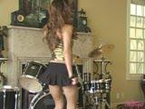 סקסית מאוננת שובב ואכזרי ליד תופים