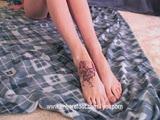 בחורה גמישה עם רגליים ארוכות מאוננת