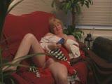 מבוגרת מאונת על ספה וגומרת עם גב
