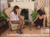 לסביות מהממות מזדיינות על הרצפה והספה