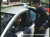 שוטר מזיין נהגת שווה במקום דוח