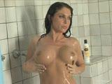 סקסית משומנת ורטובה מאוננת במקלחת