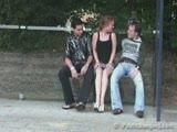 שני גברים מזיינים בחורה בתחנת אוטובוסז