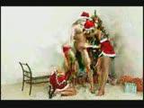 סנטה קלאוס בחורה מזיינת ומקבלת ליקוק כוס משתי נשים