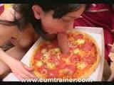 מוצצת זין מתוך פיצה חמה חולני