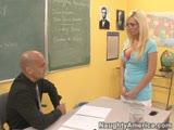 מנהל ומורה מזדיינים בכיתה