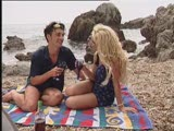 מלקק לה את התחת על החוף
