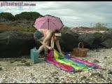 היא מאוננת בחוף הים
