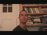 גבר במשקפיים מפרק כוס של מילפית שחרחורת וחרמנית