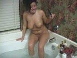 מוצצת ומקבלת גמירה במקלחת קטובה