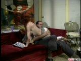 אדמונת אזה מבוגרת מקבלת זין מגבר שעיר עם כרס