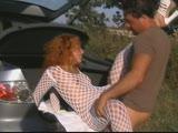 מזיין אותה בתוך בגאז של רכב עם גרביון שקוף