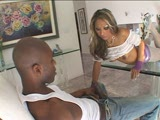 סקסית מוצצת לכושי ענק