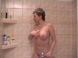 מאוננת בגוף מקומט במקלחת