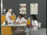 שתי אחיות מזדיינות עם הרופא