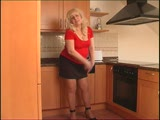 מבוגרת שמנה מתחרמנת מעצמה במטבח