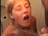 חרמנית מקבלת גמירה במקלחת רטובה בפה