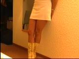 סקסית בשמלה לבנה מוצצת זין עם גוף מדהים