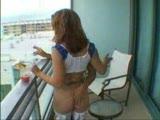 שובבות מזדיינות במרפסת עם גבר