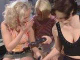 לסביות סקסיות מאוננות ומלקקות עם מכשיר דילדו מיוחד