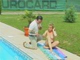 מזדיינת רטובה בבריכה על סדין בדשא