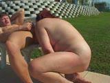 מבוגרת מזדיינת חזק עם צעיר על הדשא