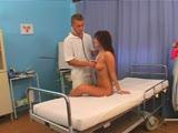 אח בבית חולים מזיין אחרי בדיקה