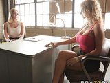 בחורה מוצצת ויושבת על זין של גברים מכוסים בשקית