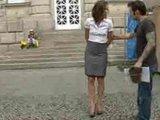 מהממת בחצאית מתפשטת ברחוב