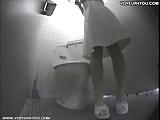 סינית קטנה וחמה מאוננת בשירותים מול מצלמה נסתרת