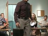 זין גדול לבן מפרק בחורה חרמנית על השולחן