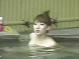 יפנית שווה ונאה שוחה בעירום