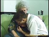 זקנה עם שיער לבן חרמנית אש מקבלת זין מצעיר חרמן