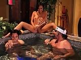 גבר עם סרט לבן בראש וקעקוכים טוחן שתי נשים שוות