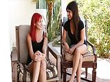 לסבית אדומת שיער מזדיינת עם חברה שלה השחרחורת המדהימה והסקסית