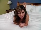 סקסית מול מסך מחשב בעירום