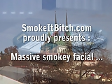 מעשנת סיגריה ומוצצת זין