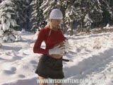 סקסית מאוננת בשלג עם דילדו