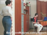 שמנה גדולה מורידה מכנס ורוכבת על גבר צעיר שרוצה לזיין