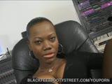 שחורה יושבת על זין תותב של חברה שלה