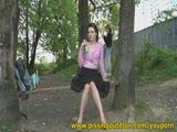 סקסית בשמלה משתינה על העץ