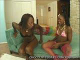 שחורה מזיינת את חברה שלה השחורה עם ילדו וירידות רטובות
