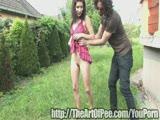 מאוננת ומשתינה בדשא עם חבר שלה הסוטה