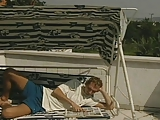זיון מעולה בשמש חמה בבריכה