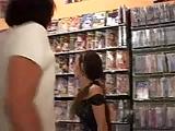מזיינים אחת בחנות סרטים על הרצפה