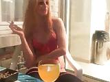 מאוננת מול מסך עם כוס וודקה תפוזים