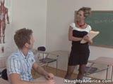 תלמיד מזיין את המורה השווה שלו